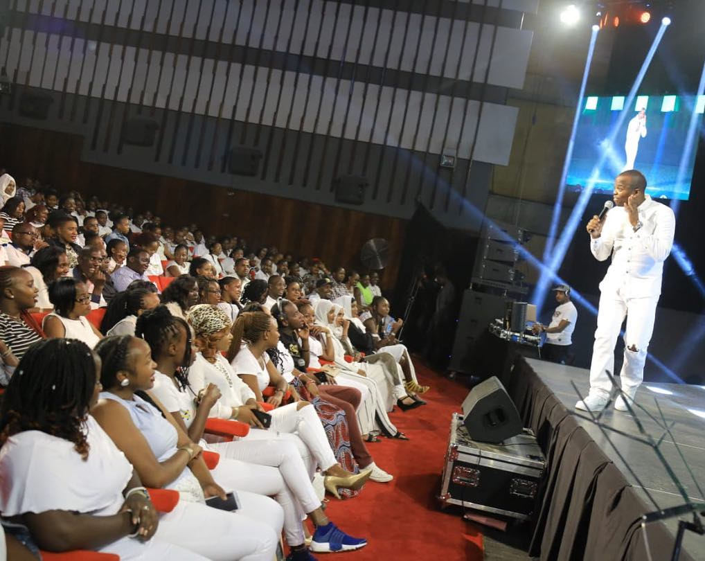 2019-5-3-MC Jessy: Is Rocking The Crowd In Kellywood During Churchill Show All White Edition